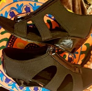 Sharp & Chic Bandolino  Cut out  shoes comfy & sty